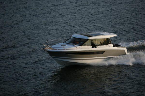 بلم توتن کرجی (زورق) فلوکه قایقهای آتشنشانی بادبانی بادی بالهدار بازویی پاروئی تفریحی تکدرختی تندرو تهپهن جلوران دوبدنه دینگی راهنما زنبیلی سنبوق سهبادبانه شکار نهنگ ماهیگیری موتوری یخ کانو کلک گوندولا لنج مسافربر لنج هوری کشتیها اقیانوسپیما الواربَر آموزشی باری بُرادهبَر بستهبر بوم بیمارستانی پژوهشی شیلات پژوهشی و آموزشی پشتیبانی کنارساحلی پولادینبر تخلیه سنگ تدارکات ثبت آب و هوا جُنگ خودروبر دامبر دریارو دوبه دوبهبر ذغالسنگ رو-رو سریع سفر دریایی سکوی نفتی سنجشهای زیستمحیطی سیمانبر شن و ماسه شناوه علمی غلات فله خشک فلهبر کابلگذار کارخانه کاری کالا و مسافر کالابر گرم و سرد کالای سنگین کانتینربر کانیبر کمکی گردشی گشتزنی لولهگذاری مسافربری نجات نیروی دریائی یخشکن یدککش یکدکله تانکرها کشتی حمل گاز کشتی حمل مواد شیمیایی کشتی نفتکش کشتی حمل گاز مایع طبیعی شناور افپیاساو شناورهای جنگی ناو هواپیمابر رزمناو زیردریایی ناو ناوچهٔ آبخاکی ناوچهٔ سبک ناومحافظ ناوشکن نبردناو قایق توپدار متفرقه بارانداز شناور پل شناور جتاسکی جرثقیل شناور شناور ساختاری هواناو